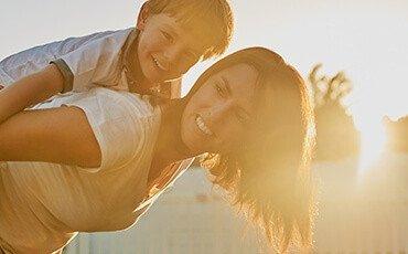 mulher com o filho sol